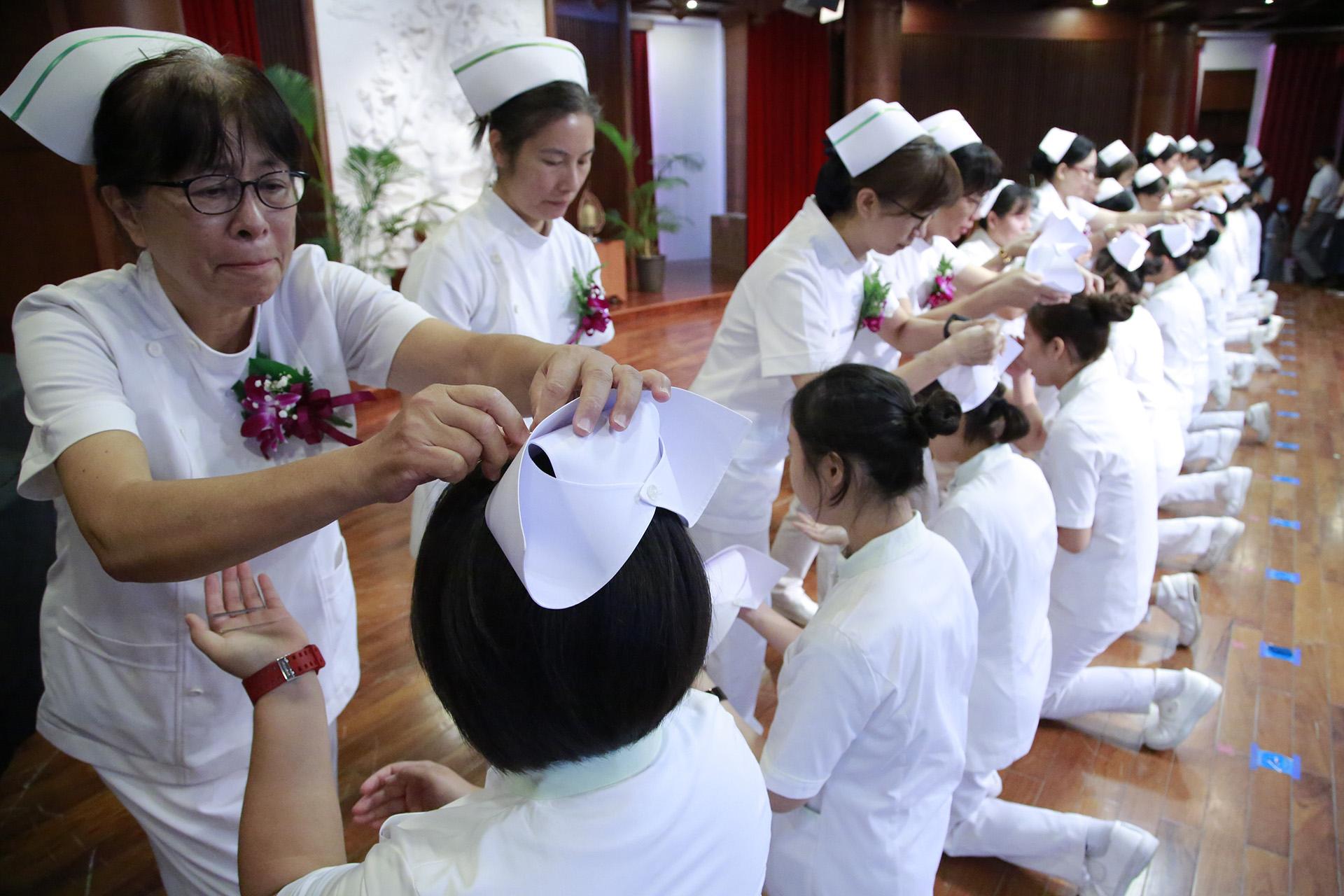 護理系老師親自為學生加冠。