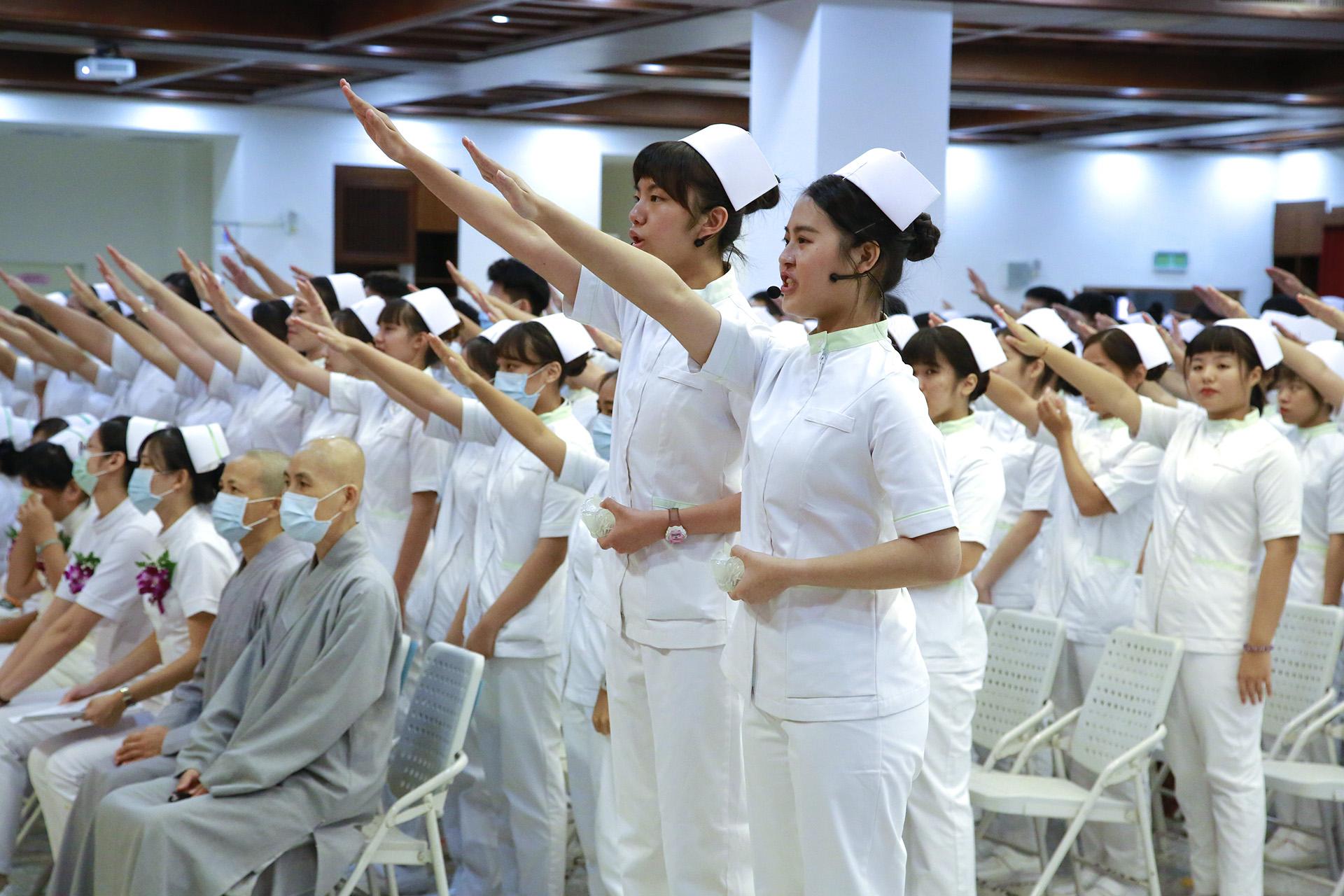 加冠學生齊聲宣誓。