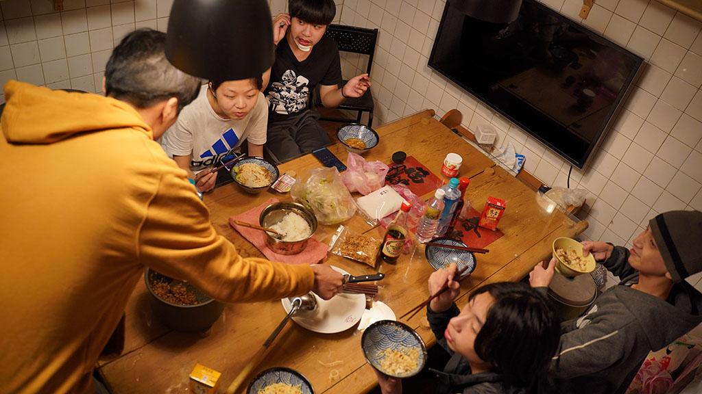 逆風聯隊辦理深夜食堂,讓青少年享用麵食的同時找到生活的價值及心靈歸宿。