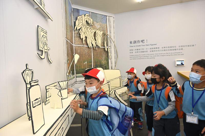 兒童在國美館國美館「今天來看人物畫」為主題的近用體驗專區(Here_I_M)體驗多元感官體驗的互動展示。