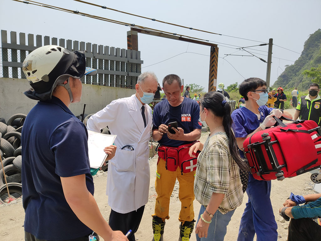 慈濟醫療志業執行長林俊龍(左一)與花蓮慈院夜間護理長涂炳旭(左二)趕到台鐵太魯閣號失事現場搶救。(圖:李青海攝)
