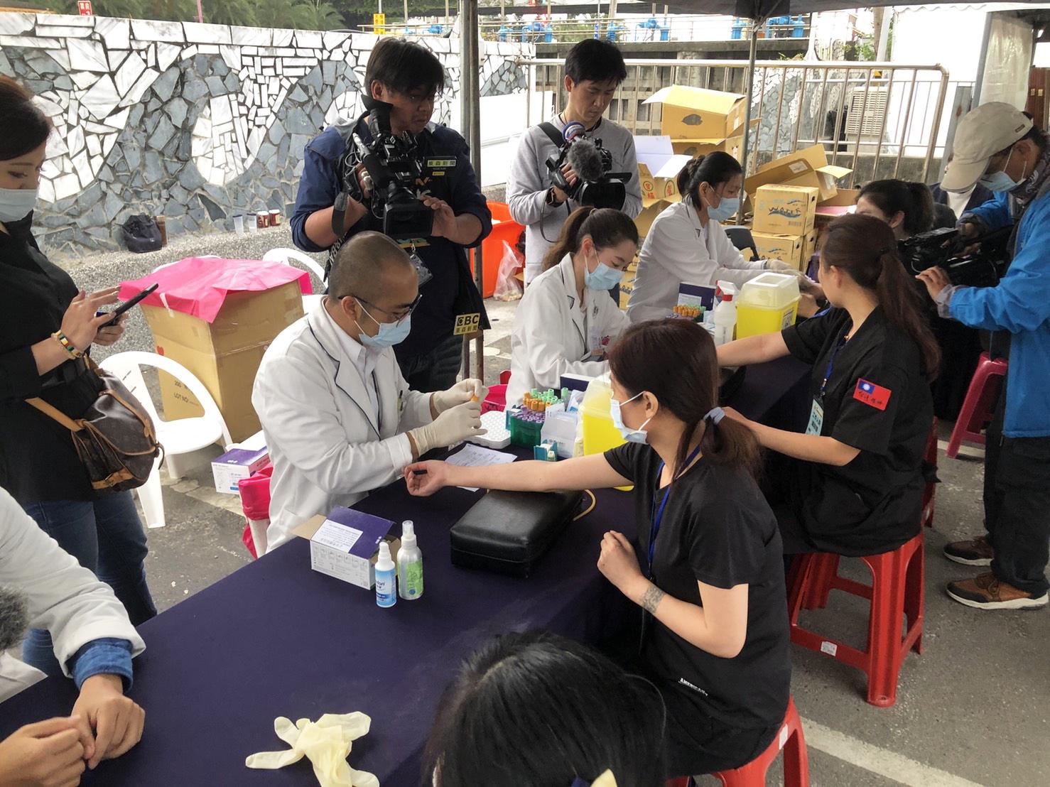 下午四點幫76行者,逐一抽血建立健康檔案。