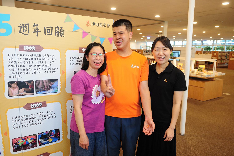 鳳山早療中心畢業生郭政佑(中)和媽媽邱玉金(左)及伊甸基金會區長張靜薇(右)一同欣賞早療回顧展。