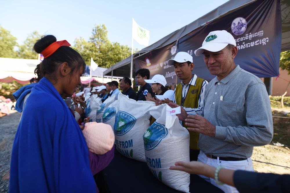 2017年12月,石漢秋參與柬埔寨金邊市朗哥垃圾掩埋場的大米發放暨義診活動。(攝/ 黎東興)