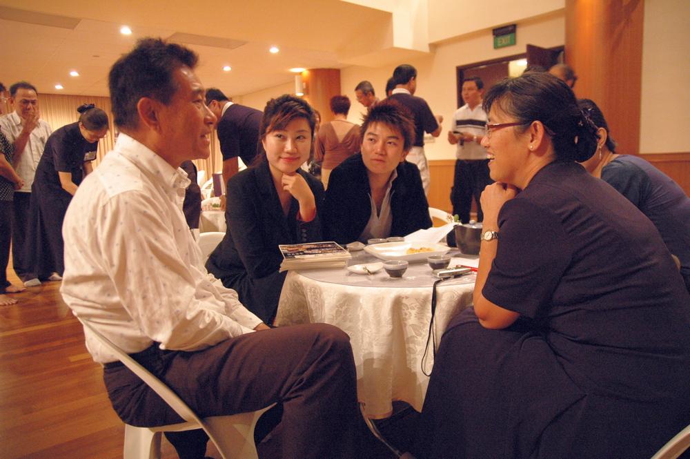 2008年12月,石漢秋(左一)和女兒石艾璿(左二)前來靜思堂參與實業家聯誼。(攝/ 黎東興)