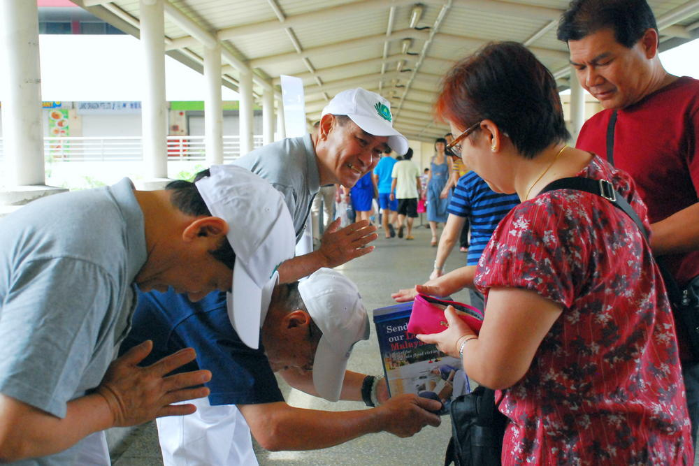 2015年1月,石漢秋參與街頭募款,為馬來西亞水災募款。(攝/ 王素真)