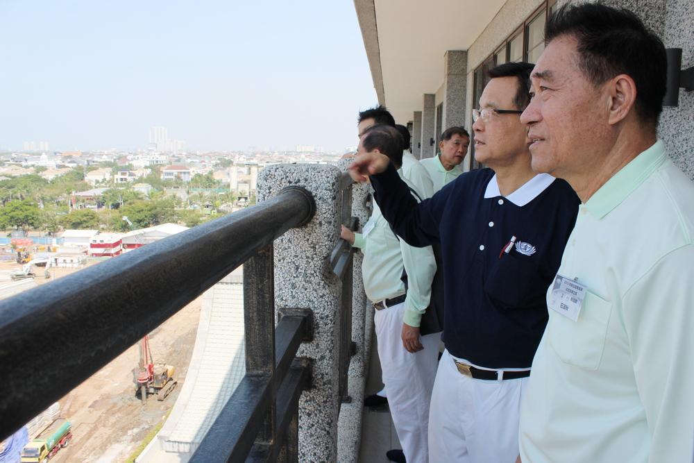 2015年10月,石漢秋(右一)在新加坡慈濟執行長劉瑞士(右二)的陪同下,和慈濟實業家團隊參訪慈濟印尼分會。(攝/ 馬慶華)