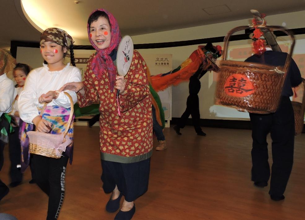 雙和地區慈濟志工以辦喜事的心情,迎接「中和日照中心」揭牌啟用。