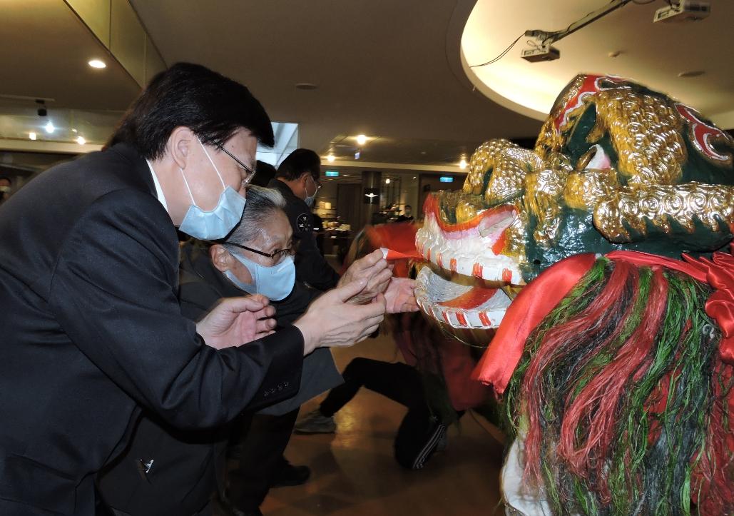 慈濟基金會長照推展中心總召集人林碧玉(左二)、臺北慈濟醫院趙有誠院長(左一)等人共襄盛舉。