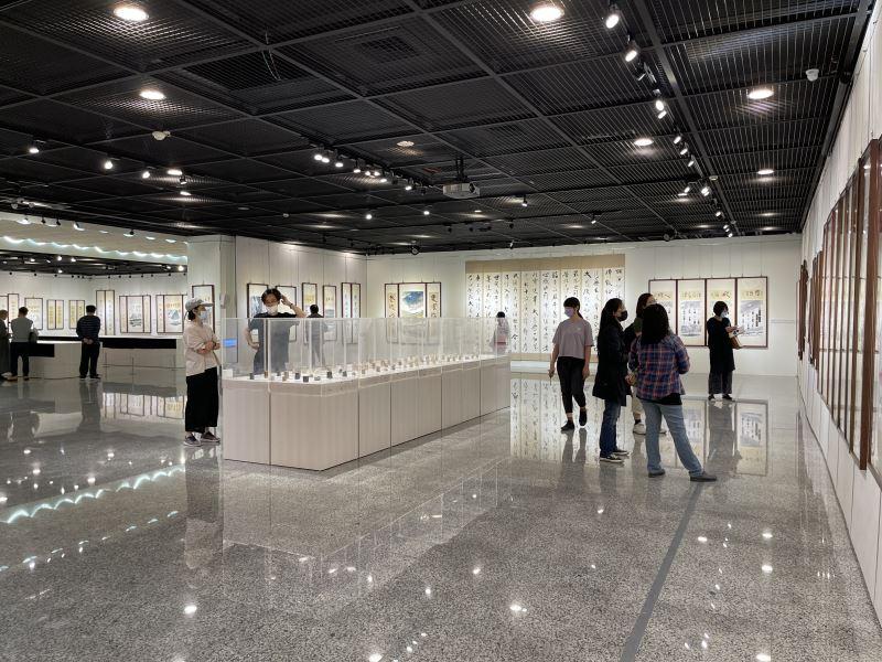 文化部所屬國立彰化生活美學館於110年4月15日至5月30日,在該館第一、二展覽室舉辦「六六信願行-2021拾得書畫篆刻三法印展」。