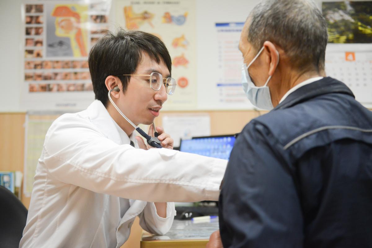 郭飛鵬主任為長者看診。