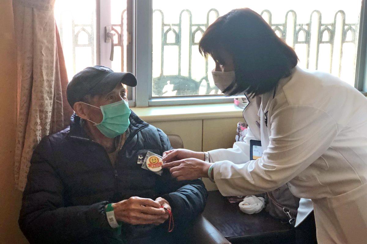 出院準備林資菁個管師探視即將下轉PAC承作醫院的病人,給予衛教。