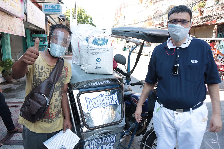 菲律賓慈濟志工關懷受疫情影響的駕駛,帶來大米及生活物資,陪伴挺過這難關。