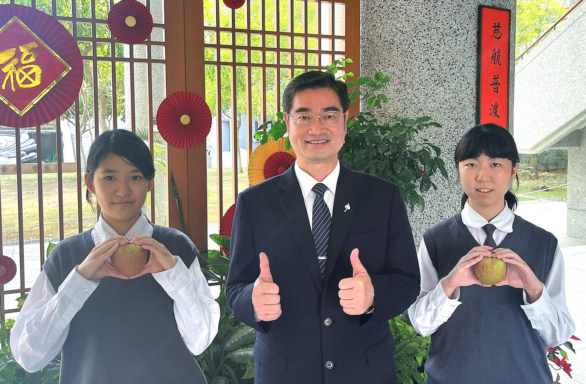 臺南慈中學生在師長們用心的指導下取得佳績。張同學(右1)與潘同學(左1)取得完美表現