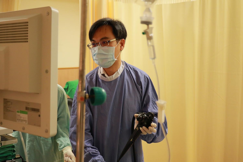 臺中慈濟醫院肝膽腸胃科張歐高奇醫師執行內視鏡治療。(曾秀英攝