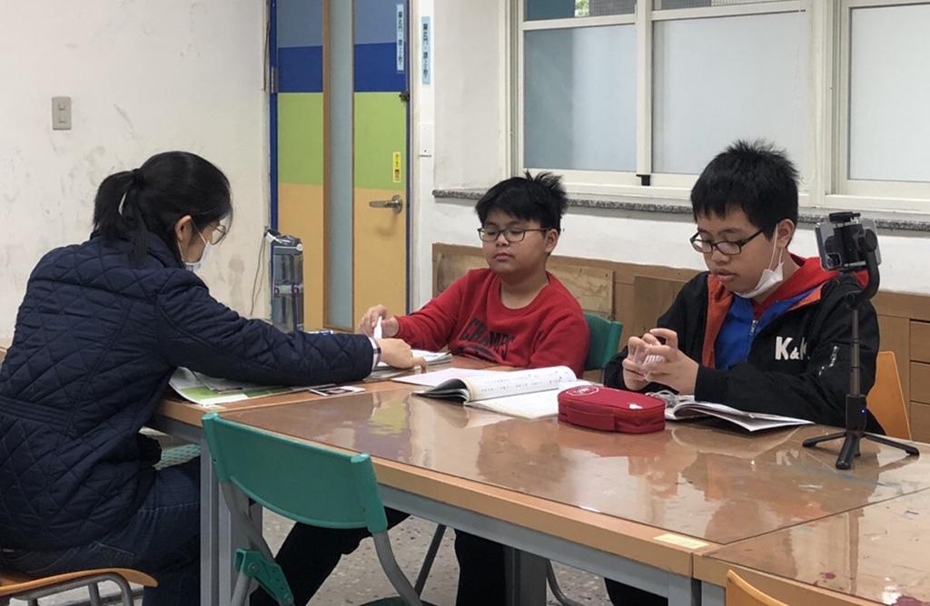 葉家明(中)與呂宜昌(右)努力融入臺灣生活,並開啟拍片的興趣。