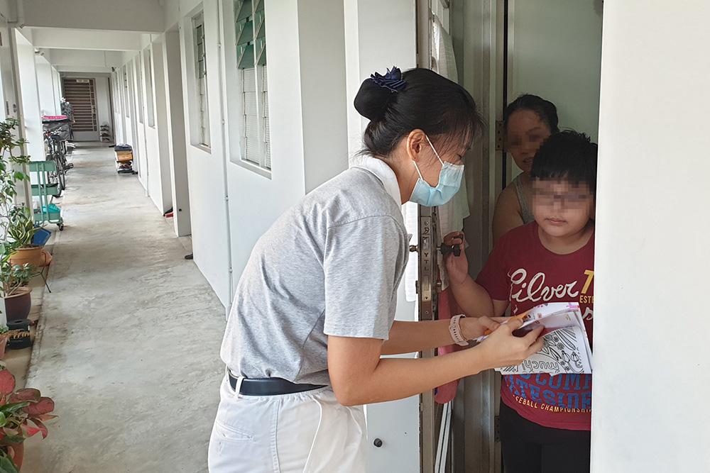 歡樂感恩會前兩周,課輔計畫協調走訪照顧戶家,給孩子派發歡樂祝福包。