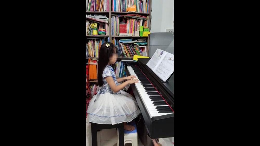 為了感謝教導她的慈青,受惠孩子陳小玉演奏了兩首鋼琴歌曲。