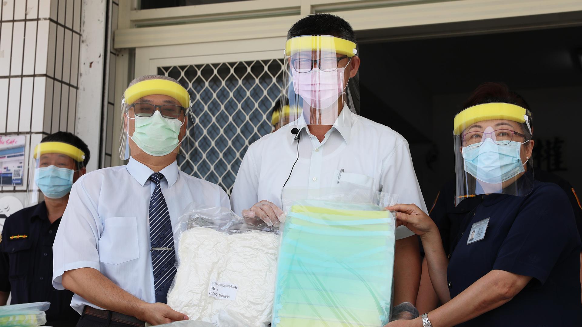 慈濟6月4日贈送防護面罩、手套給鐵路警察局花蓮分局,志工親手交給花蓮分駐所員警。