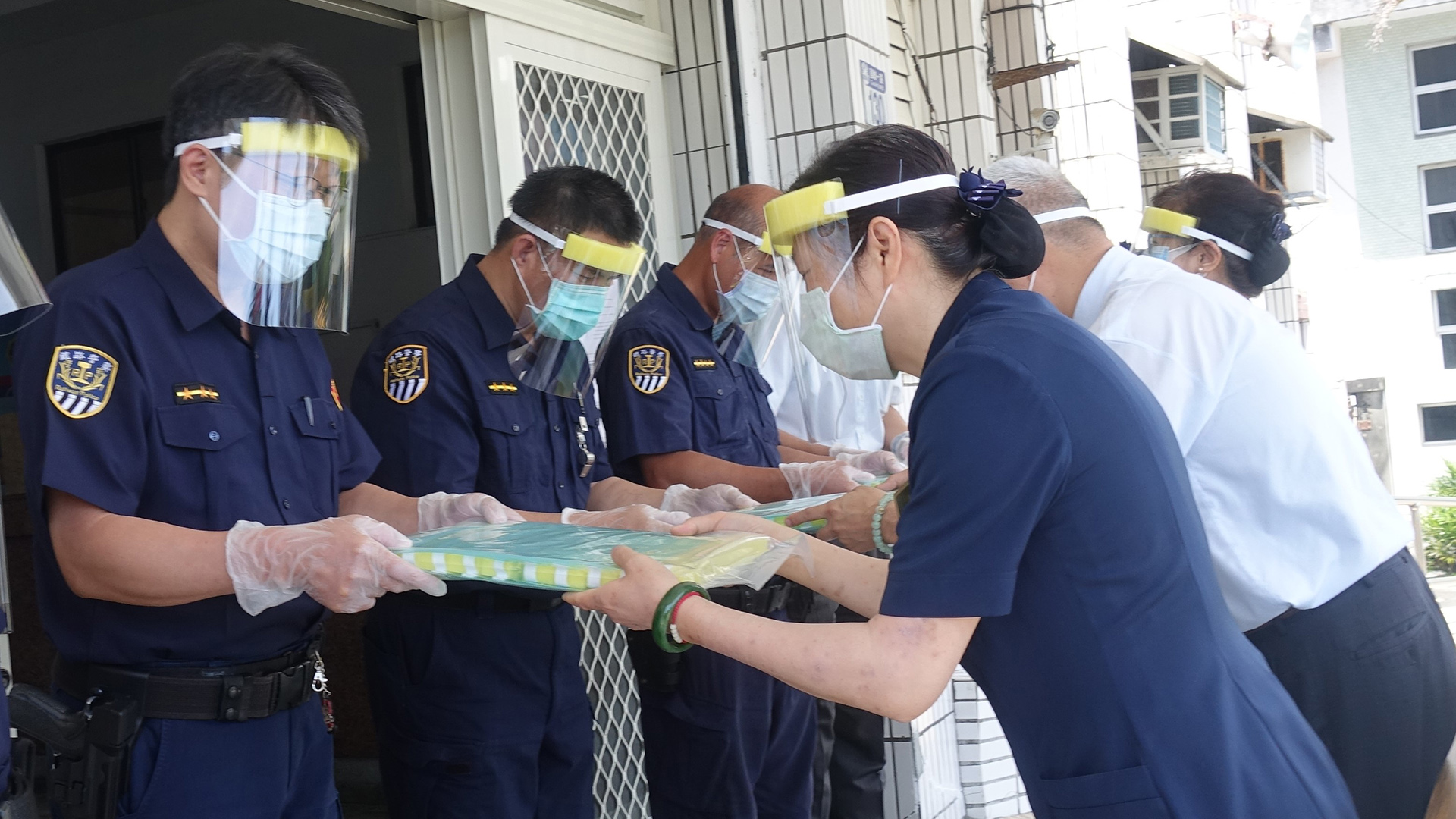 慈濟6月4日前往鐵路警察局花蓮分局贈送防護面罩、PVC手套。