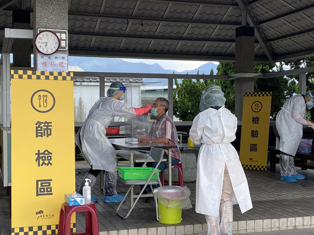 臺東全縣設16處社區快篩站阻傳染鏈,累計1千6百餘人受檢,感謝醫護同仁辛勞。