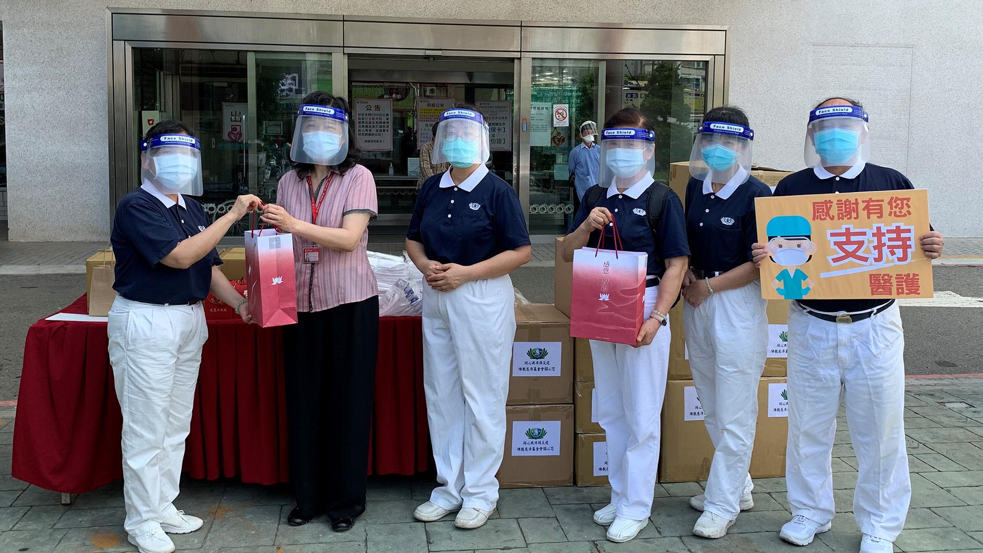 頭份市慈濟志工為感恩醫療人員,6月11日前往為恭紀念醫院致贈防疫物資、營養豆漿沖泡粉,副院長王雪月感恩志工。