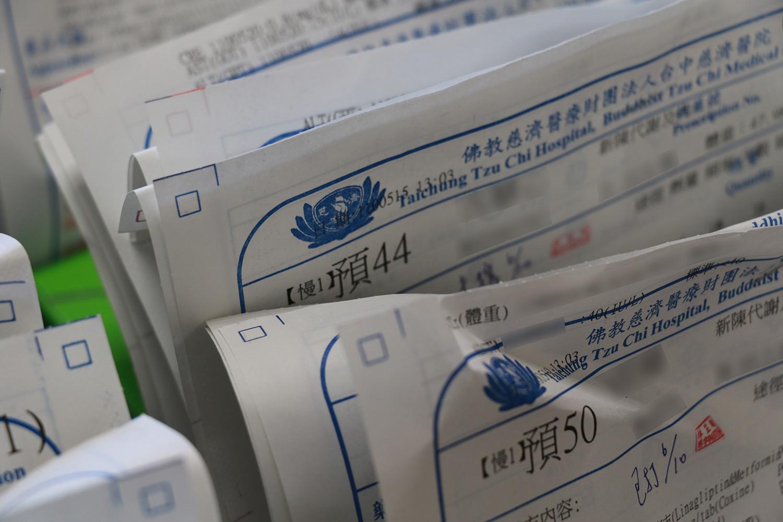 領取慢性處方箋藥品,可以事先透過網路或電話預約領藥,配合「藥來速」快速又方便。
