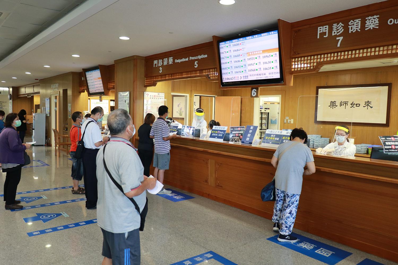 臺中慈濟院藥劑部開辦多項便民措施,讓鄉親領藥更加方便、安心。
