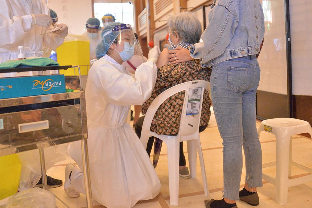 考量長者行動較不便,採日本宇美町「民眾不動,醫護動」的方式;護理人員放下身段為長者進行接種。