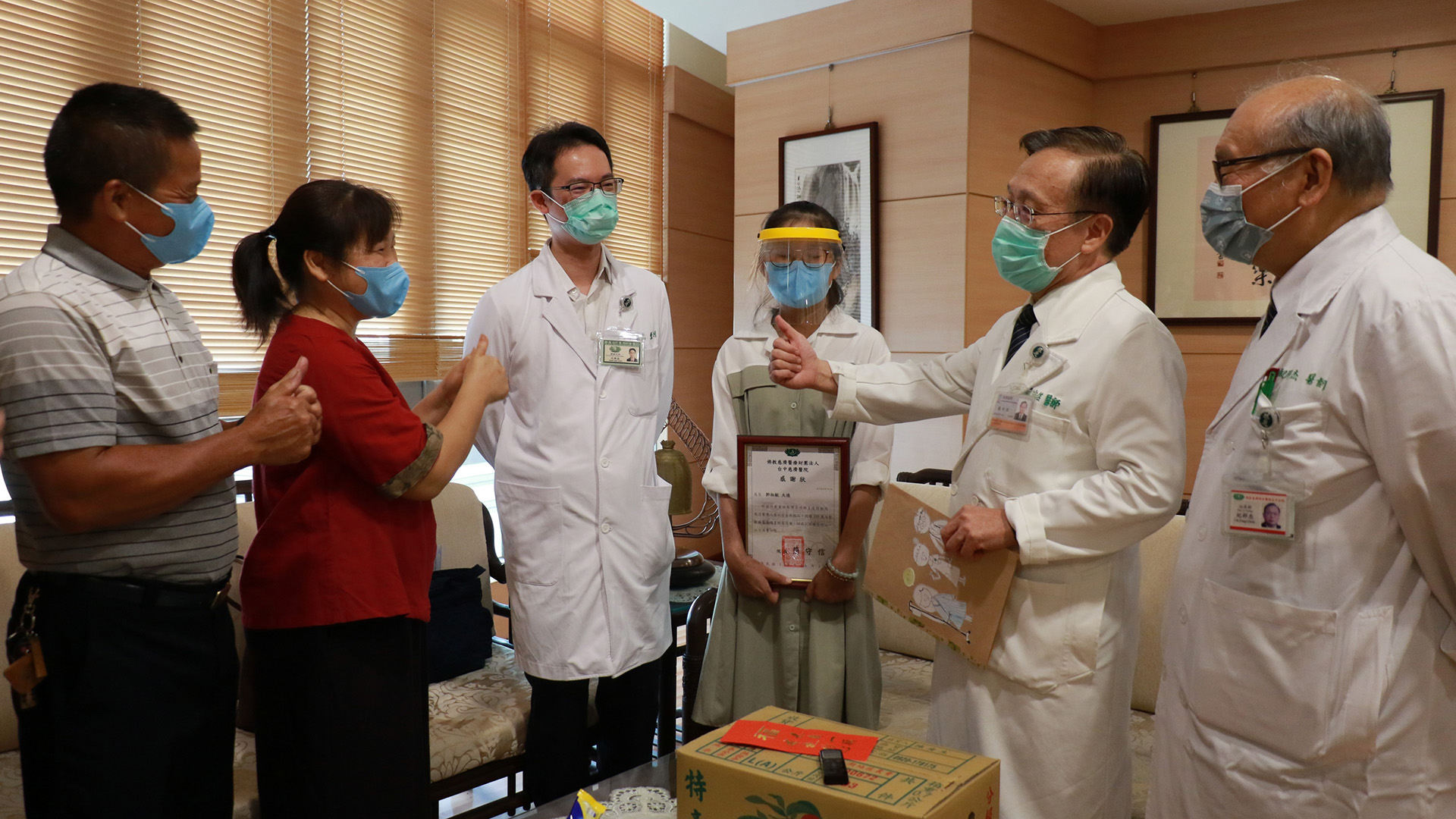 年輕女老師(左四)與家人(左一、左二)捐贈100萬元,希望為臺中慈濟醫院醫護同仁加油打氣。