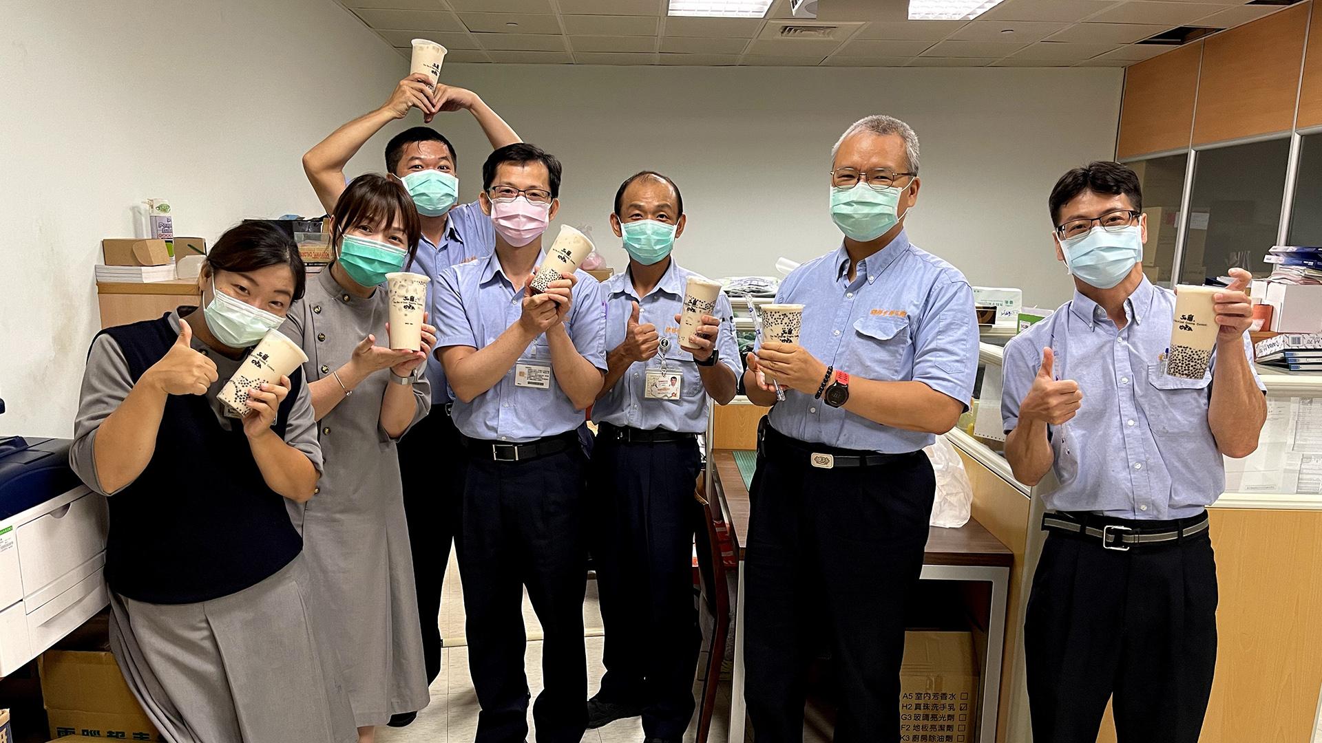 社工師蔡靜宜協助已退休老師採買珍珠奶茶,為同仁打氣!