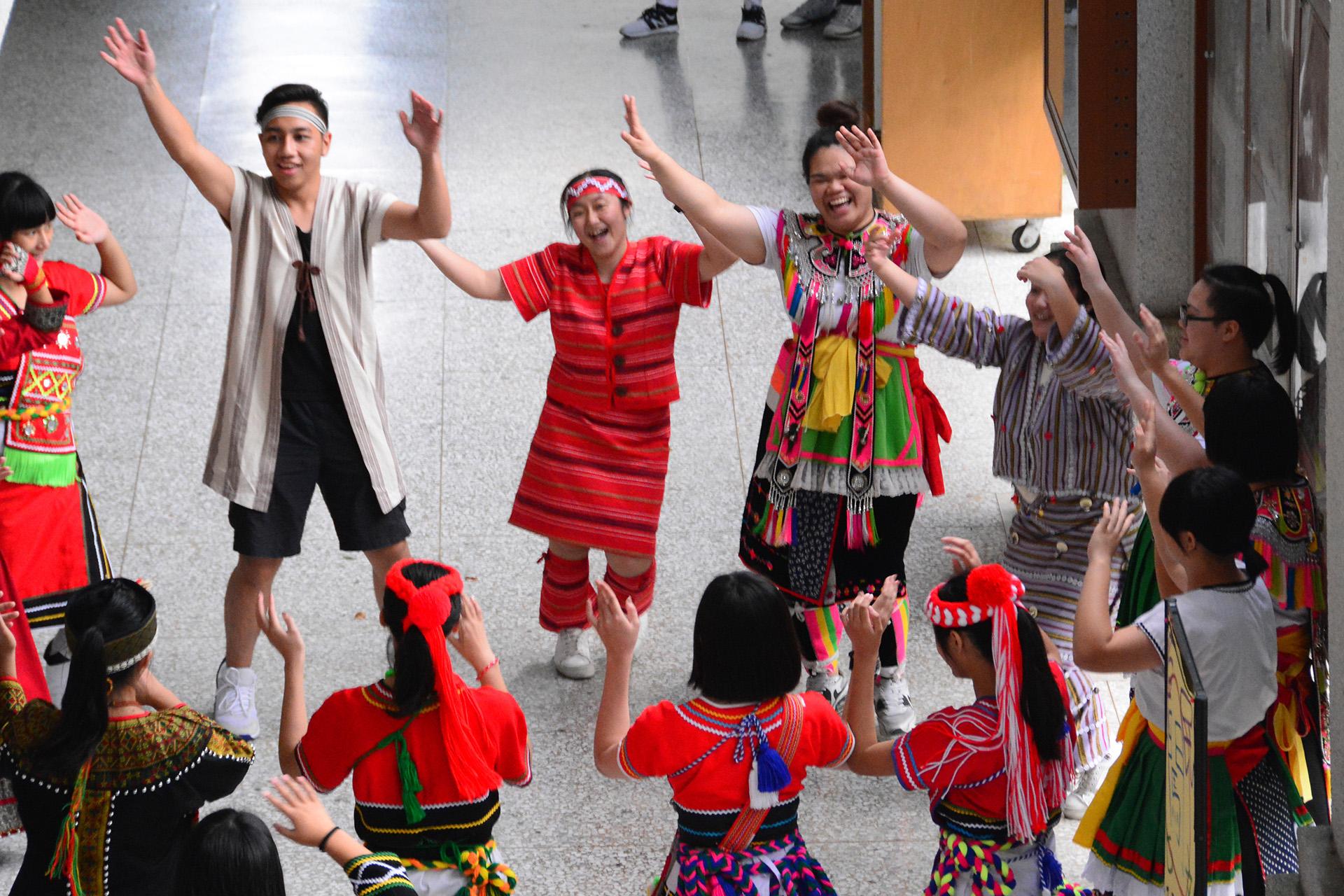 原住民族文化體驗活動,讓學生穿上族服,展現自信。