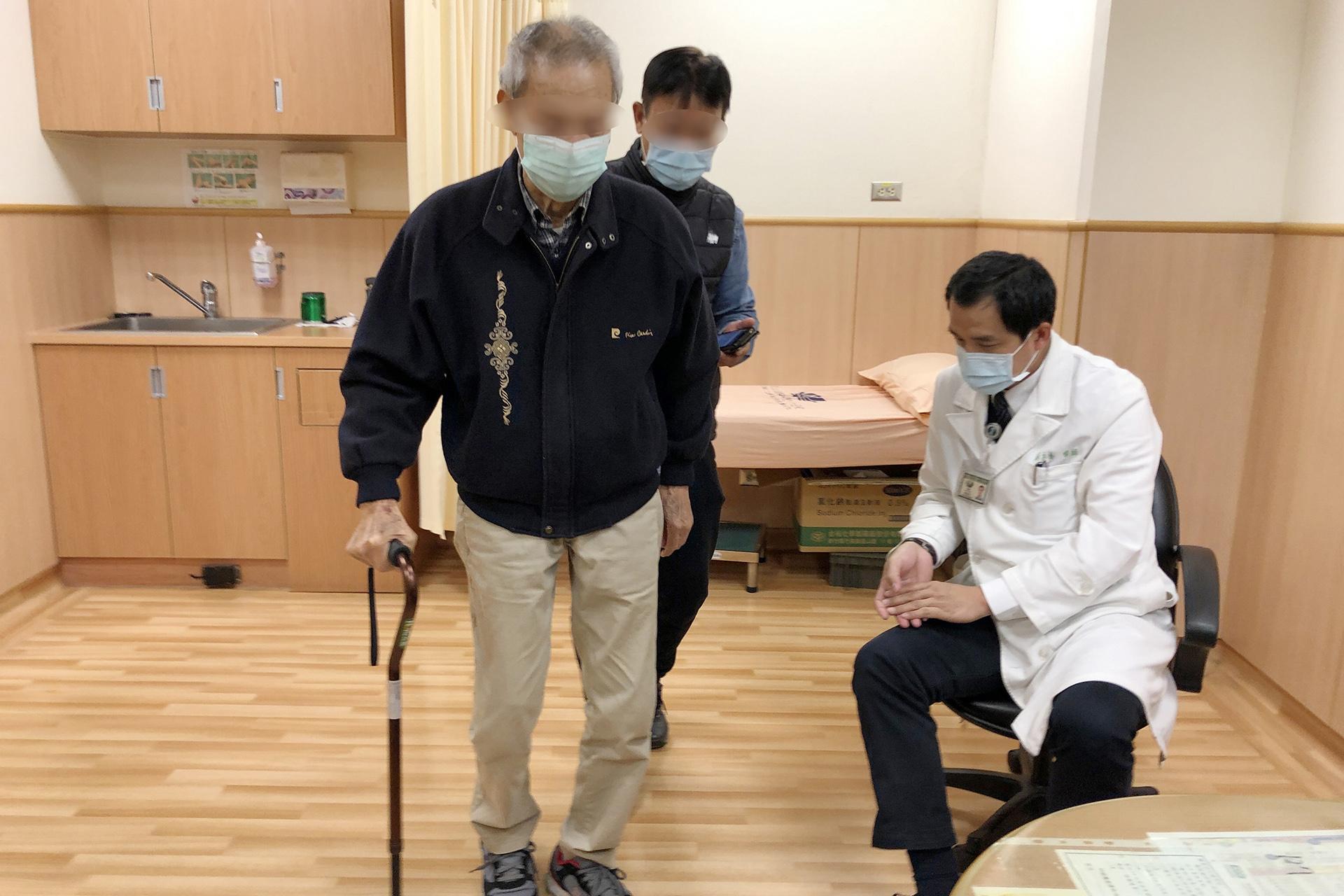 鐘老先生術後回診,已能挺胸行走。