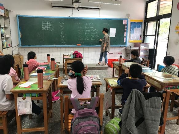 博幼基金會於新竹縣偏鄉學校桃山國小進行英語科分組教學活動。