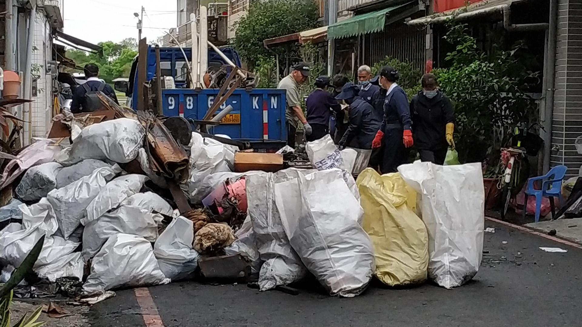 3月17日冬山鄉一戶民宅遭祝融,慈濟志工3月21日前往助清理。
