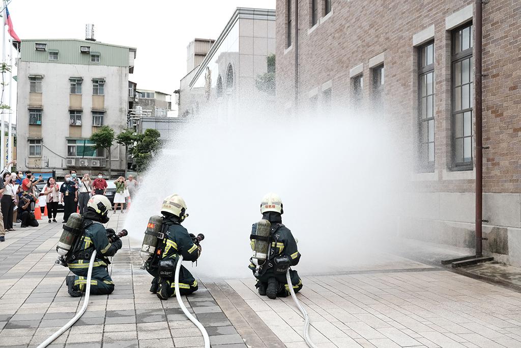 消防人員共同參與古蹟防災演練。