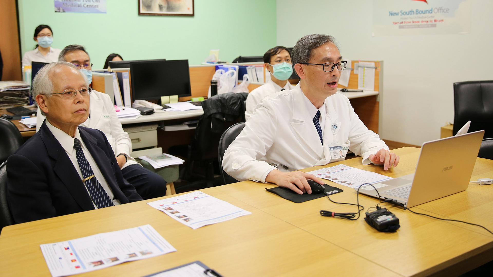骨髓移植第一堂課,由李啟誠主任(右)及骨髓幹細胞中心主任楊國梁(左)介紹骨髓幹細胞中心資料庫的建立、檢測及分析。