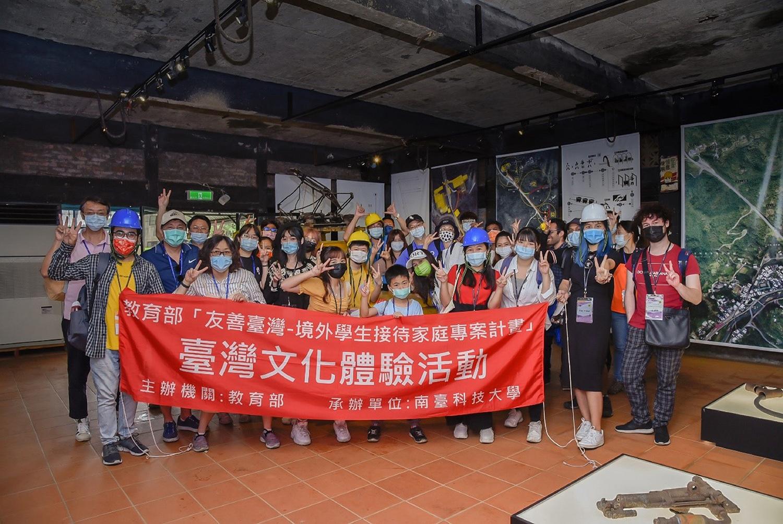 接待家庭與參與活動的境外學生於煤礦博物館合影。