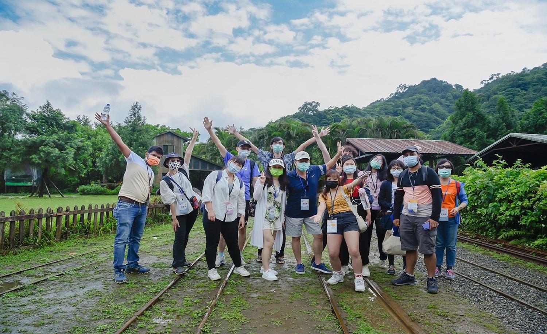 接待家庭與境外學生於煤礦博物館鐵軌區合影。