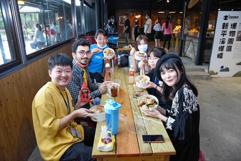 午餐時間接待家庭與境外學生一起享用「礦工便當」,體驗臺灣早期礦工生活。