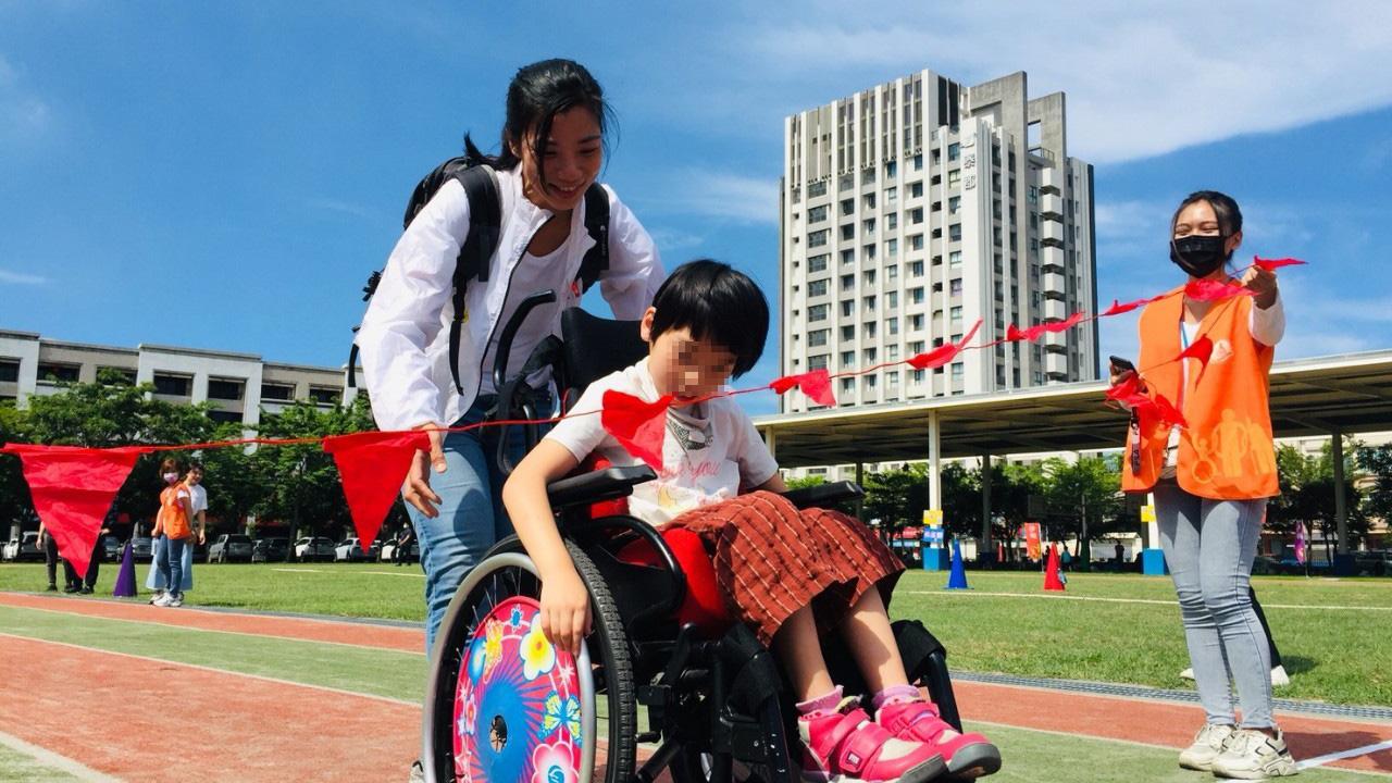 慢飛天使畢業生回來一起參加親子運動會.