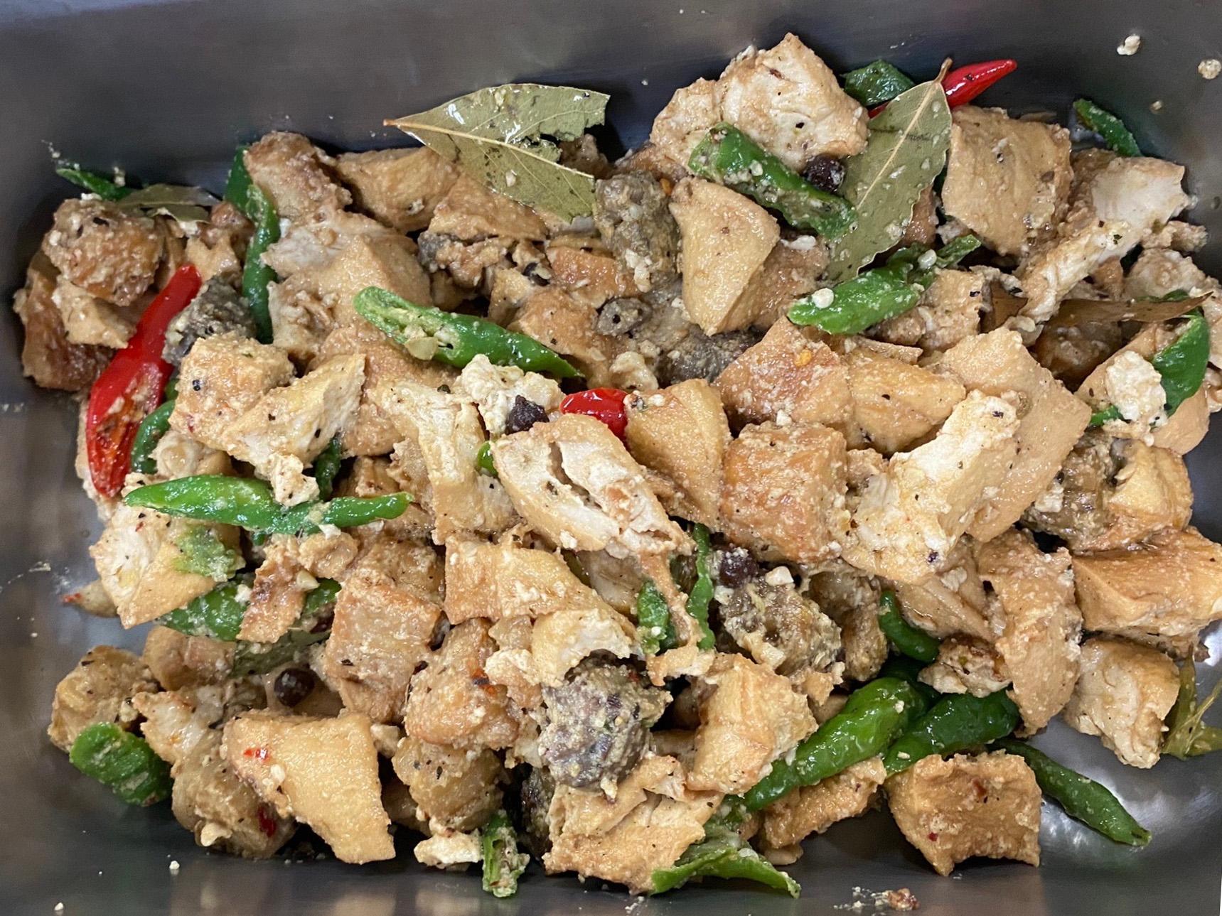 天貝燒豆腐是一道印尼傳統家常菜,藉由料理讓師生體驗異國蔬食料理。