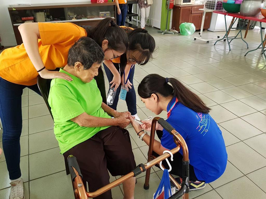 李玲惠擔任新店高中校長期間,每年暑假即會帶學生關懷長者。圖為新店高中學生到馬來西亞作志工。