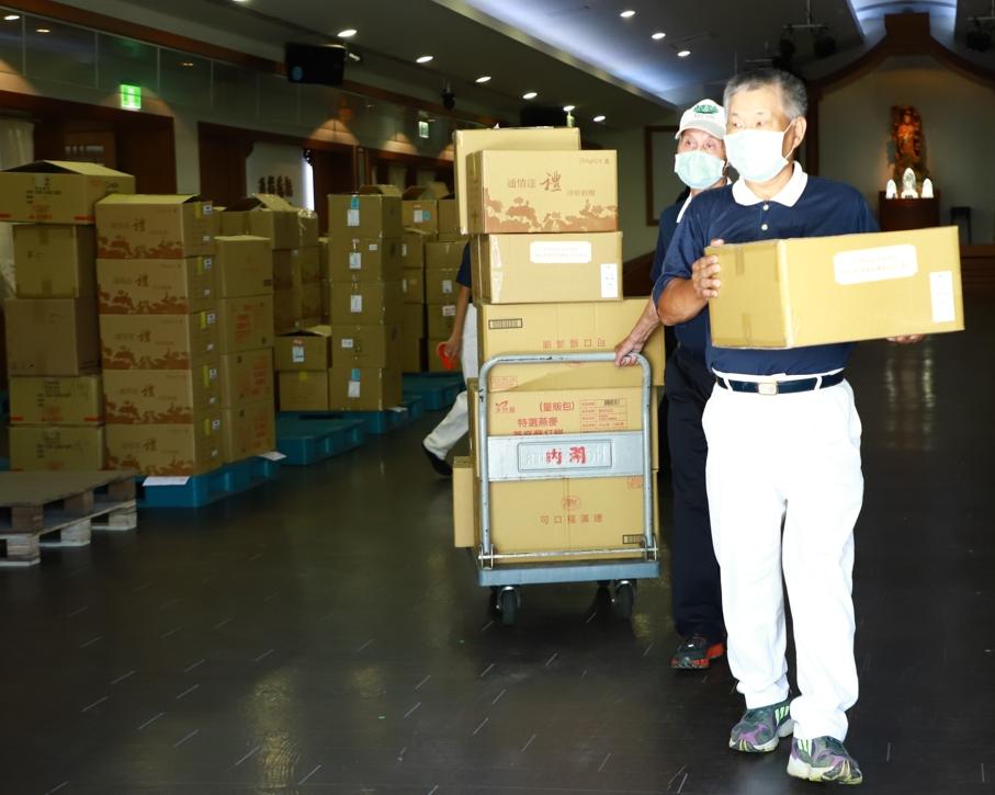 慈濟志工打包近一千六百份祝福禮,再經各社區志工串聯送暖至全臺北市的弱勢家庭及獨居長者。
