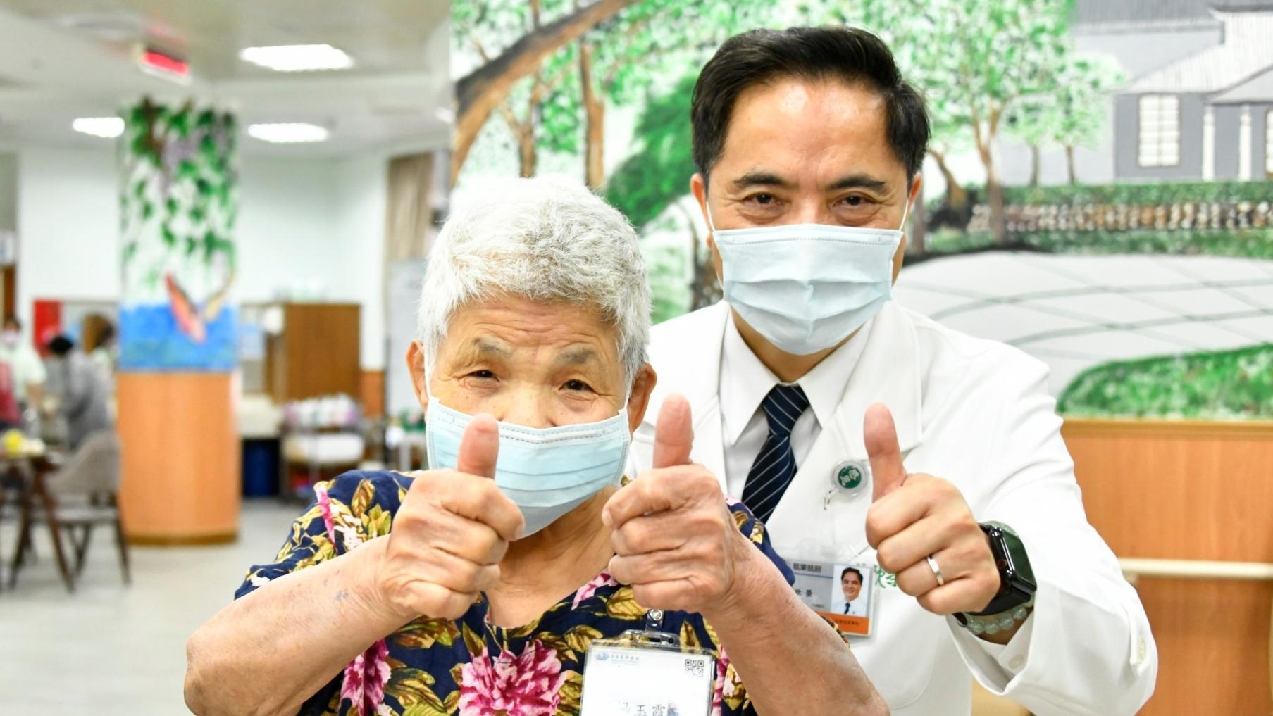 在日照中心試營運時期就報到的的七十八歲溫楊玉霞奶奶,也特別向林欣榮院長說「謝謝」,她和同學們每天都很期待到日照中心上課。