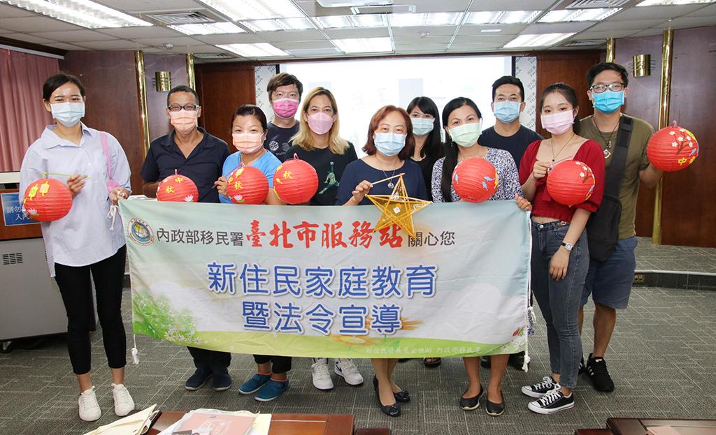 移民署北區事務大隊臺北市服務站中秋佳節前夕與新住民家庭一起做燈籠。