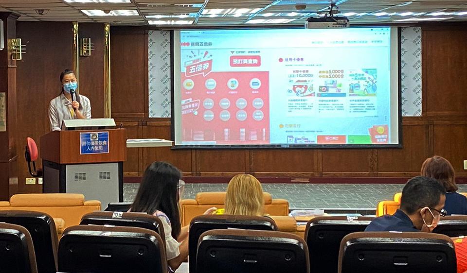 移民署北區事務大隊臺北市服務站向新住民宣導「振興五倍券」。