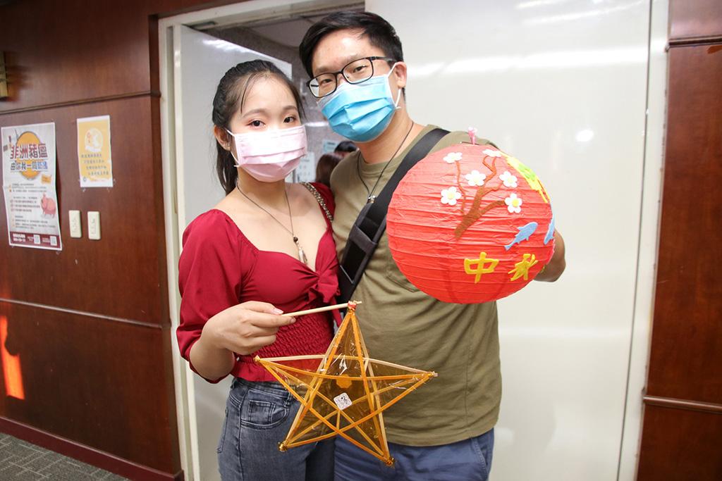 來自越南的新住民范氏梅簪(左)指出,越南的燈籠是五星造型喔!