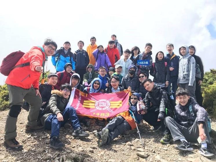 江青釗(左一)認為,學會互相合作,是登山最大的收穫。(攝於2018年)