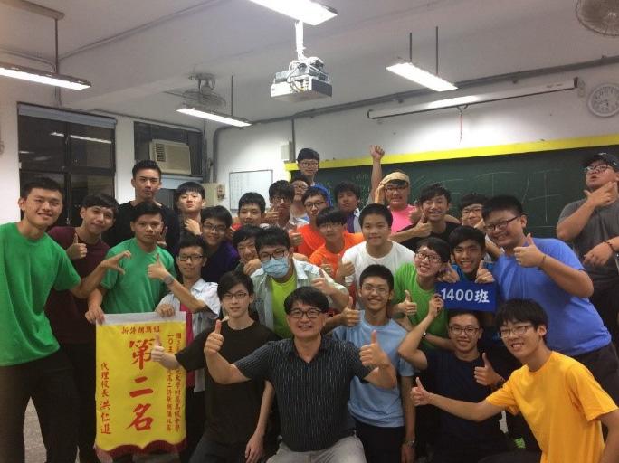 江青釗(前排右四)以身作則,努力成為言行合一的典範。(攝於2016年)